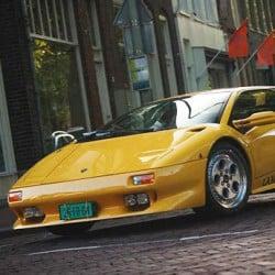 Gele Lamborghini in stad