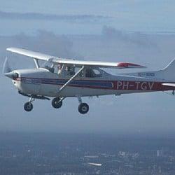 Vliegtuig Cessna 172 in de lucht